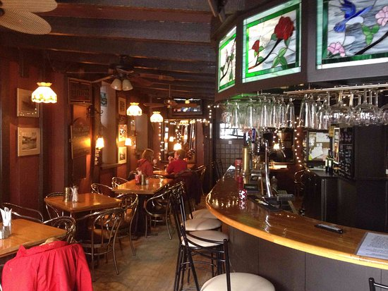 Renfrew, Canada: Quaint pub section. The photo does not do it justice. Love the old photos on the wall