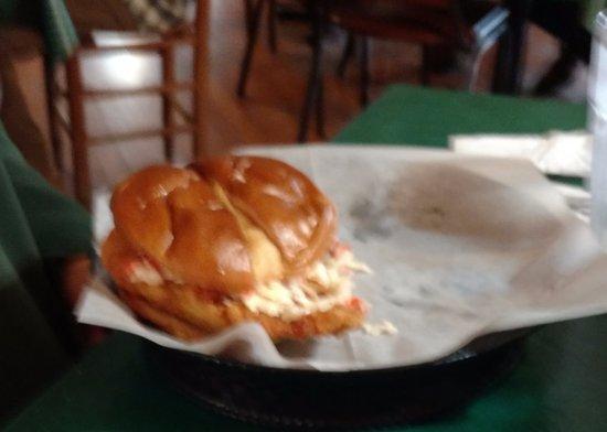 Linville Falls, Βόρεια Καρολίνα: Regular flounder fillet sandwich with coleslaw