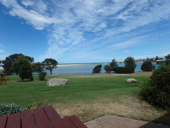 Pelican Sands Scamander: Walk over the lawn to the water..... peace!