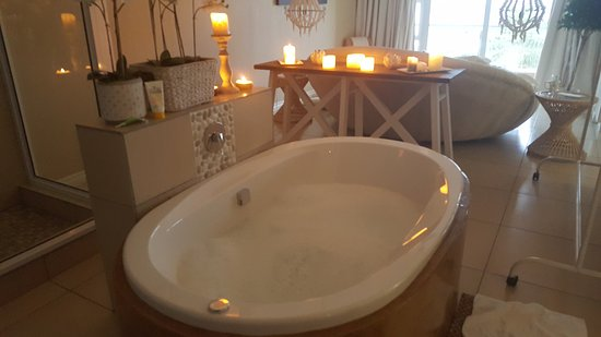 Umthunzi Hotel & Conference: the most amazing bath in the 'honeymoon' suite