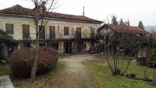 Neive, Italy: La prima cosa che vedrete quando passate dal cancello rosso è la casa e distilleria Romano Levi.