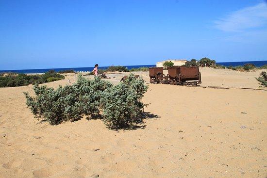 Arbus, Italia: alte verrostete Loren inmitten des Sandes