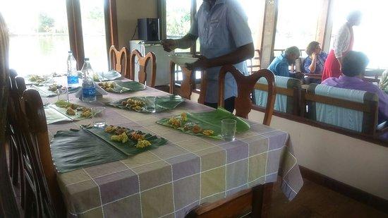 """Akkarakalam Memoirs: Amazing vegetarian sandhya (traditional kerala meal) at their 4 bedroom houseboat called """"tamari"""