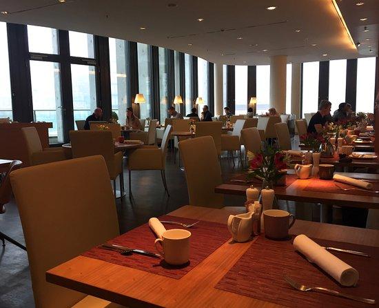 Swissotel Berlin: Frühstück war inbegriffen, gute Auswahl, Eierspeisen wurden direkt am Tisch gebracht.