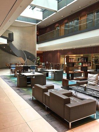 Swissotel Berlin: Lobby im 2. Stock