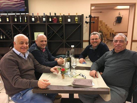 Gatteo, Italien: Il Titolare leonardo ci ha onorato della sua presenza per offrirci un amaro artigianale