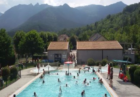 ‪‪Axat‬, فرنسا: Lovely pool amongst the mountains close the tourist train station in Axat‬