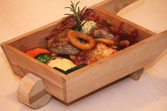 Sankt Kanzian, Oostenrijk: unser Grillteller wird in der Radltruchn serviert