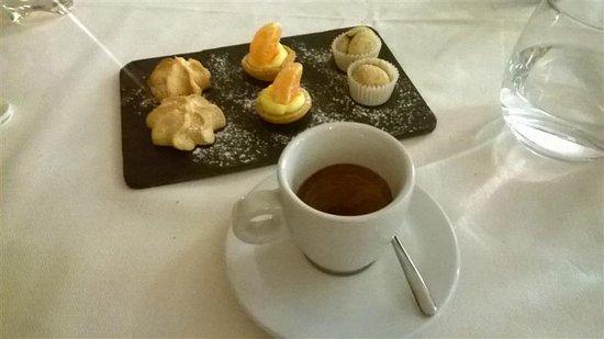 Castiglione Falletto, Italy: Caffè con Piccola Pasticceria