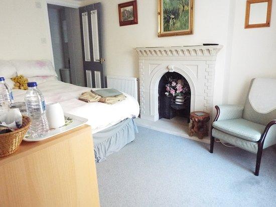 Meadowbrook Cottage B&B: Double room with en-suite bathroom. Price £70 per night including breakfast. Room has one window