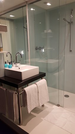 Hotel Cafe Pacific: Superbe salle de bain ! Grande douche à l'italienne. Nickel, propre !