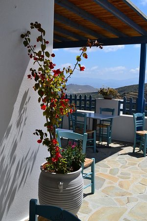 Lefkes, Grecia: Η αυλή μας με θέα τη Νάξο! Our yard with the special view of Naxos!