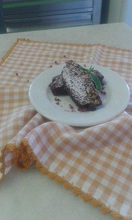 Lefkes, Greece: επιδόρπιο: κορμός σοκολάτας με κόκκινο πιπέρι! dessert: chocolate cake with peppermint!