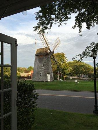 Mill House Inn: Vista da rua principal e do moinho que fica em frente ao hotel.
