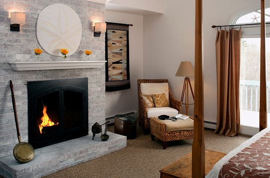 West Barnstable, MA: Sand Dollar Fireplace room