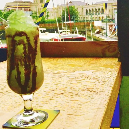 Marina Bar & Restaurant: Enjoy a cocktail while taking in the beautiful views of Bridgetown