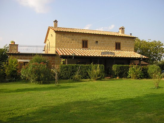 Sovana, Italien: Facciata esterna e giardino