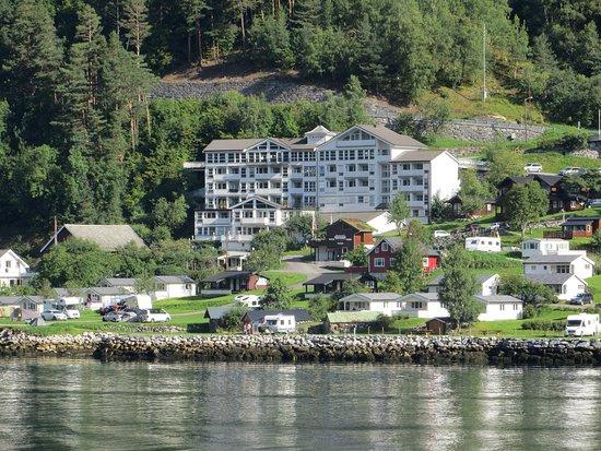Harmonisch In Die Landschaft Am Geiranger Fjord Integriert