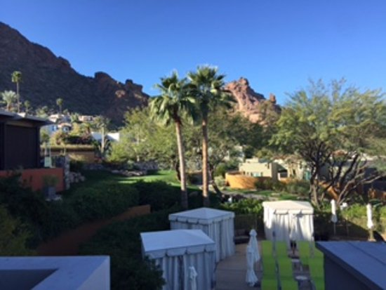 Sanctuary Camelback Mountain: View from balcony overlooking the pool up to the rooms/casitas.