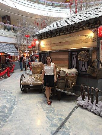 Queensbay Mall: Tôi rất thích đến mall này mua sắm, chỉ ngại duy nhất bãi đậu xe chạy trên cao làm tôi rất sợ. T