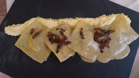 Ristorante da Lucignolo: Ravioli ai funghi, con mousse di rosso d'uovo e guanciale croccante