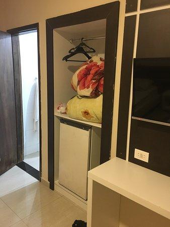 Hotel Fenice: Não existe armario, onde poderia ser pendurado alguma roupa, tem cobertas