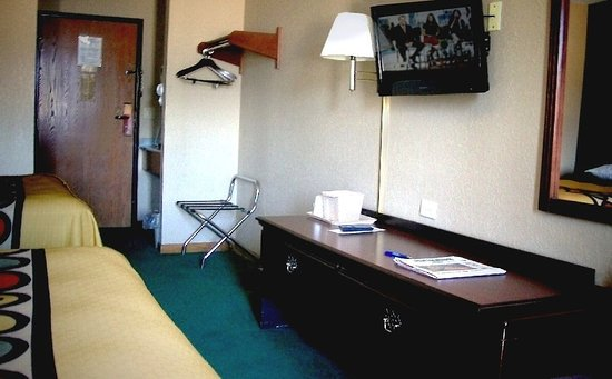 Harwood Heights, IL: nice rooms, lots of non-smoke... with refrig and micro units, hair-dryer & coffee