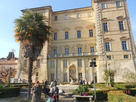 Govone, Italia: Retro del Castello con parco ed annessa Fontana