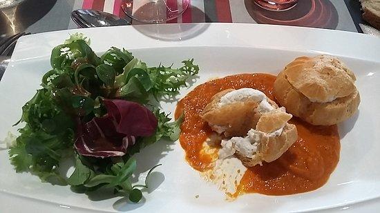 ออช, ฝรั่งเศส: Profiterolles au chèvre, sauce tomate et petite salade mais sous-vide