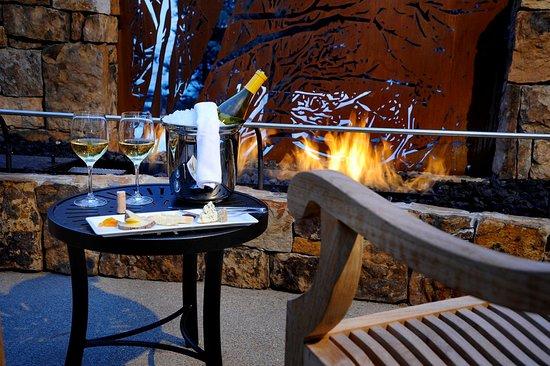 Hotel Talisa, Vail: Vail Cascade Exterior Fireplace