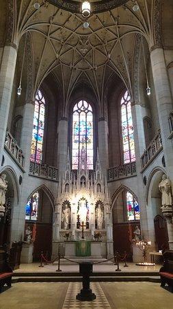 Schlosskirche: 祭壇の手前柱上右と左にルターとメランヒトンの像ギリギリで入ってます。柱の下の近くに2人それぞれのお墓が左右にあります。