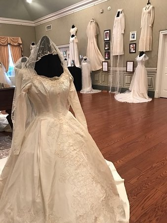 Oaklands Mansion: room with many dresses