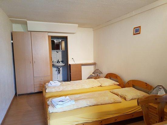 Parpan, Suiza: Motel Budget Zimmerr  neu gestaltet Dezember 2016 mit neuen Matratzen und  Bettinhalt sowie Dusc