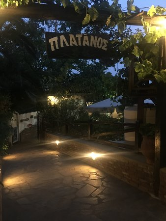 Platanos Restaurant: Entrance from the street