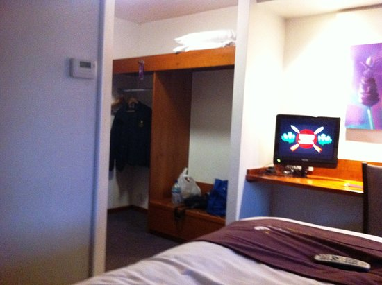 Premier Inn Lichfield North East (A38) Hotel: Hanging and storage area.