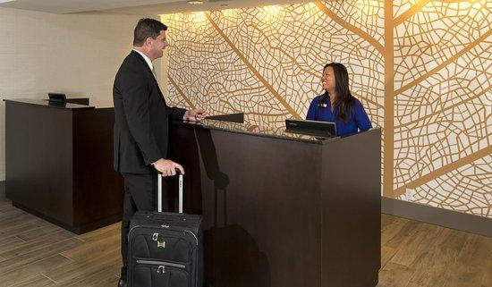 DoubleTree by Hilton Hotel Deerfield Beach - Boca Raton: Front Desk