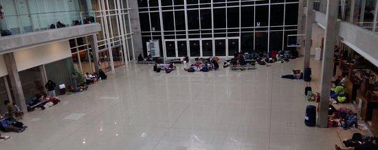 Centro BIT: gente durmiendo en el primer piso de la terminal mientras las oficinas de turismo permanecen cer