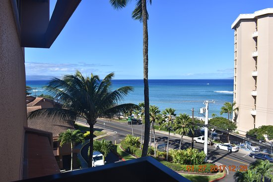 Kahana Villa Resort: view from entrance to F410, closest to beach