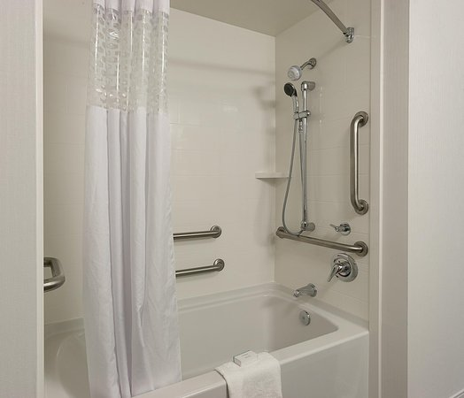 Hampton Inn and Suites Charlotte Pineville: Accessible Tub