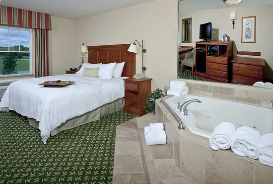 Thomaston, ME: King Bed Guest Room with Whirlpool
