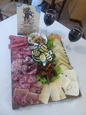 Montemagno, Itália: Il tagliere di salumi e formaggi tipici