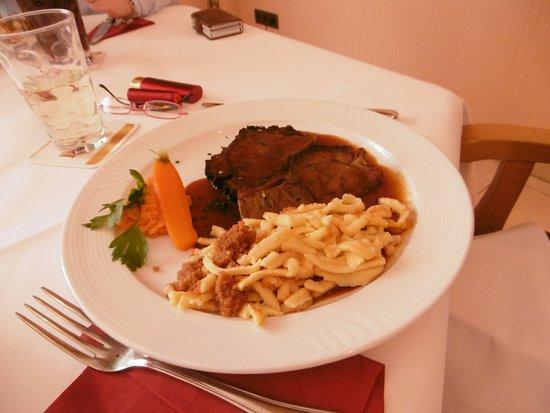 Roemerberg, Tyskland: Geschorter Rinderbraten mit Spätzle und Salat