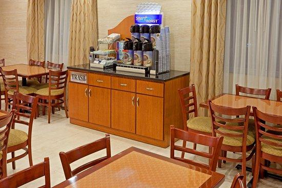 Maspeth, NY: Breakfast Bar