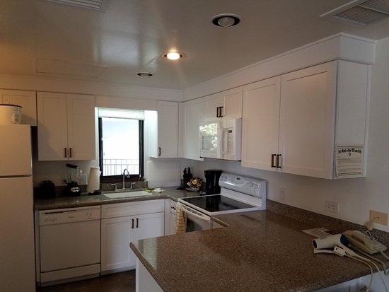 Outrigger Royal Sea Cliff: Immaculate Kitchen