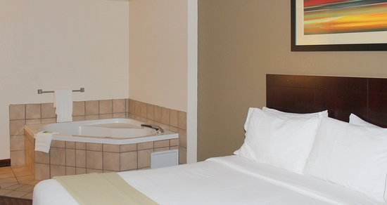 Plainview, TX: Suite with Jetted Tub