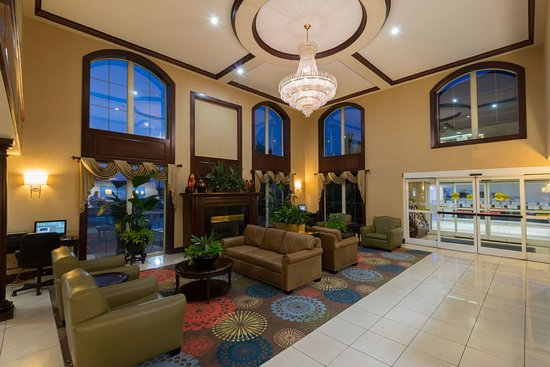 Holiday Inn Express Asheville: Hotel Lobby with fireplace- Short Drive To Downtown Asheville