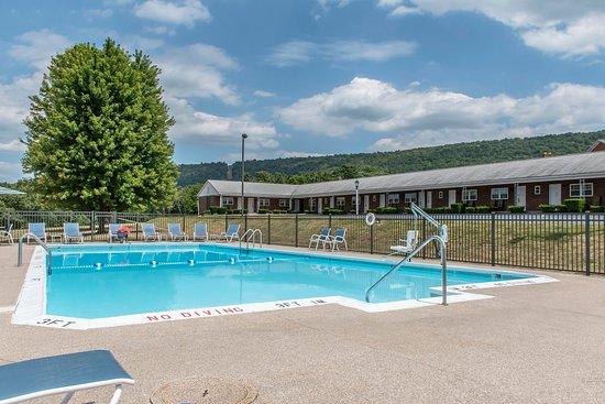 Breezewood, PA: Pool