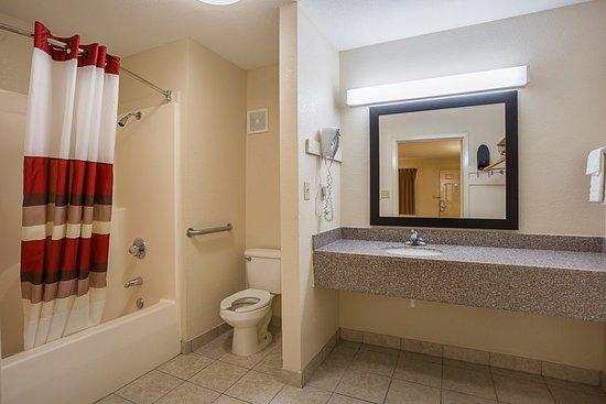 Wonderful Red Roof Inn West Memphis: ADA Accessible Bath