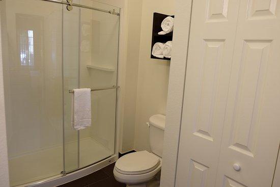 Staybridge Suites Irvine Spectrum/Lake Forest: Guest Bathroom