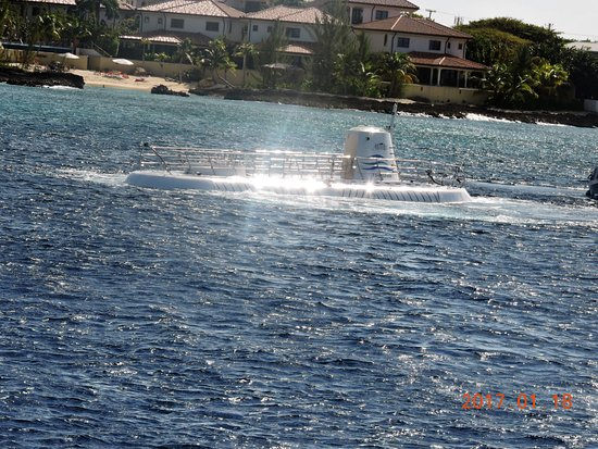 George Town, Grand Cayman: Submarine arriving back up